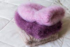 手编织的各种各样的样式和颜色蓬松帽子 库存照片