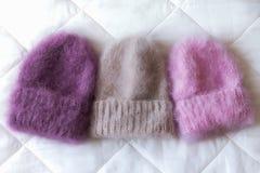手编织的各种各样的样式和颜色蓬松帽子 库存图片