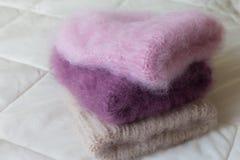 手编织的各种各样的样式和颜色蓬松帽子 免版税库存照片