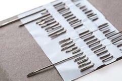 手缝合的针类型照片  关闭上色百合软的查阅水 免版税库存照片