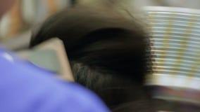 手美发师在发型工作 股票视频