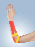 手肘痛苦、疼痛和紧张的物理疗法 免版税库存图片