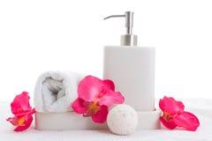 手肥皂、毛巾和桃红色兰花 免版税库存照片
