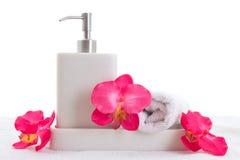 手肥皂、毛巾和桃红色兰花 图库摄影