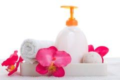 手肥皂、毛巾和桃红色兰花 库存图片