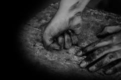 手肮脏工作者在工作以后 免版税库存图片
