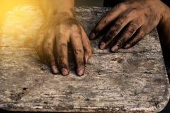 手肮脏工作者在工作以后 免版税库存照片