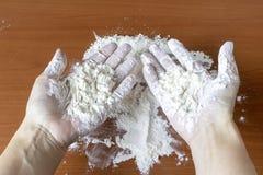 手肮脏用白面在准备以后 免版税库存图片