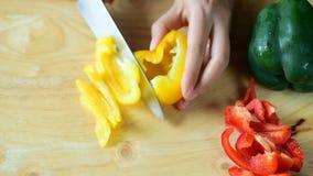 手藏品刀子和切黄色喇叭花胡椒 影视素材
