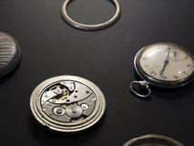 手表和他们的部分机制在黑背景 库存图片