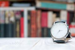 手表和图书馆 免版税库存照片