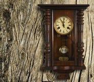 手表葡萄酒墙壁 库存图片