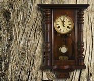手表葡萄酒墙壁 免版税图库摄影