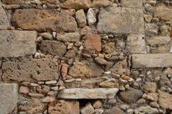 手被堆积的石墙 库存图片