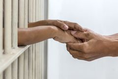 手被监禁的握手丈夫和妻子 库存图片