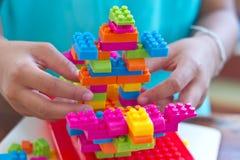 手被装配的塑料阻拦玩具 免版税图库摄影