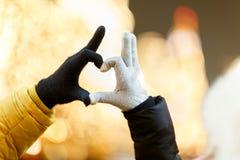 手被迷恋的夫妇的心脏 免版税库存照片