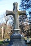 手被雕刻的十字架 免版税库存图片