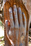 手被雕刻的树干 免版税库存照片