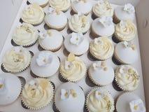 手装饰了金子周年婚礼杯形蛋糕 免版税库存照片