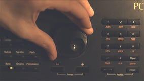 手调整的fm单选按钮 被处理的减速火箭的图象 调整音量控制的手 广播和音乐概念 妇女 库存图片