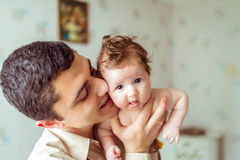 手赤裸婴孩的父亲举行 免版税库存图片