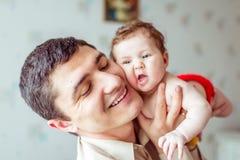手赤裸婴孩的父亲举行 库存照片