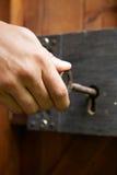 手转动关键在古板的锁 免版税图库摄影