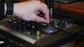 手转动的瘤和按钮在音乐声音混合的板在家录音室 接近的观点的手混合和mas 股票录像