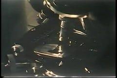 手转动的20世纪70年代显微镜特写镜头  股票录像