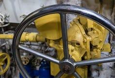 手轮的一个老金属大阀门的片段一光滑发光工业 库存照片