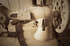 手轮老缝纫机 水平,乌贼属,单色 库存图片