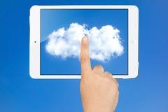 手运转的云彩屏幕白色片剂垫个人计算机 库存照片