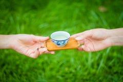 手通过一碗茶 免版税图库摄影