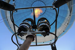 手遵守气球煤气喷燃器在天空的 库存照片