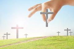 手采取了十字架 库存图片
