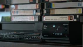 手采取录影带,插入它入图象播放机并且推挤戏剧 股票视频