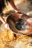 手金子或罐子摇摄特写镜头在一条河在泰国 免版税库存照片