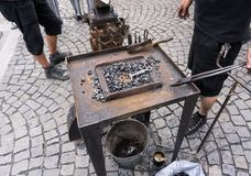 手铁砧 所有发嗡嗡声的东西在伪造的铁匠工具准备好伪造 免版税库存照片