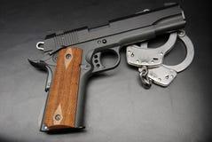 手铐和1911年手枪 免版税库存照片