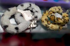 手铐,性玩具,软和毛茸 免版税库存照片