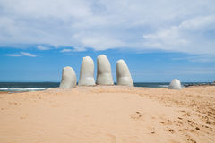 手雕塑,埃斯特角乌拉圭 免版税图库摄影