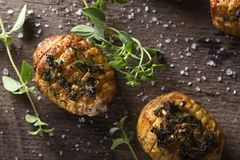 手风琴烘烤了土豆用另外草本和海盐在wo 库存照片