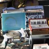 手风琴、留声机、老电话和音乐辅助部件待售在干燥桥梁市场上在第比利斯 干燥桥梁今天是多数famo 库存照片