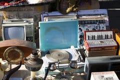 手风琴、留声机、老电话和音乐辅助部件 库存图片