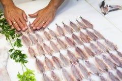 手鱼为卖做准备在鱼市上 库存图片