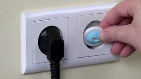 手从出口和插入物儿童安全插座取消插座导线 股票录像