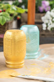 手画卤汁金属螺盖玻璃瓶和刷子DIY射击  免版税库存图片