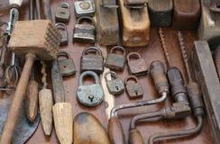 手钻和生锈的挂锁和工具 免版税库存图片