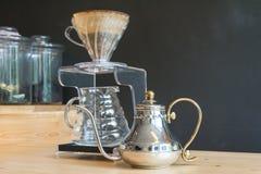 手滴水咖啡 免版税图库摄影